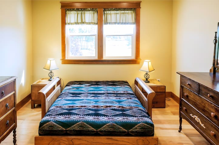 The futon room with  Lake view - Ferndale - Ev