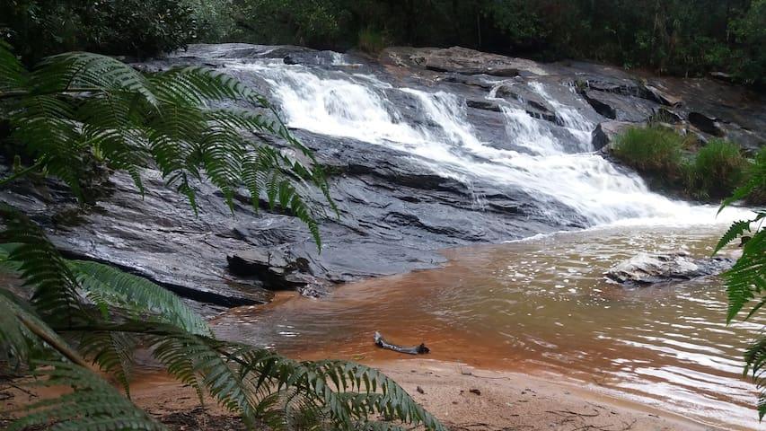 Cachoeira com quedas e piscinas naturais dentro do nosso sítio a 40 mt das casas com trilha exclusiva para hóspedes