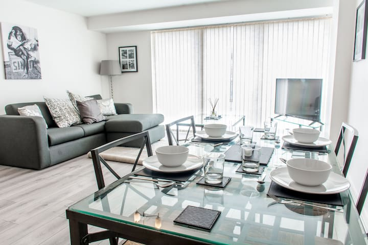 Central 2 bed, Modern Apt - Free Parking!
