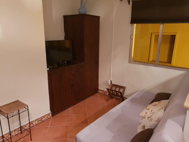 El apartamento se encuentra ubicado en una primera planta. Esta foto es del salón, donde se encuentra un sofá cama y dispone de aire acondicionado.
