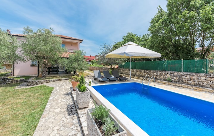 Apartment Cerin with Private Pool