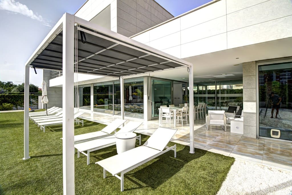 Piscina soleada hasta el final del día con 10 cómodas tumbonas y pérgola.