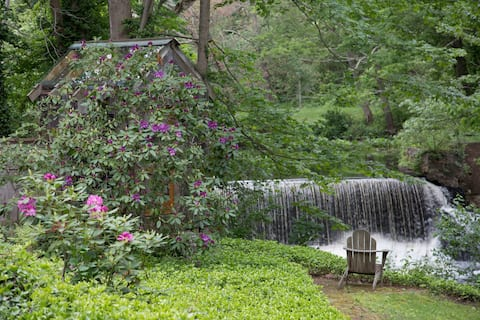 Stunning Artisan Waterfall Escape, Walk Downtown