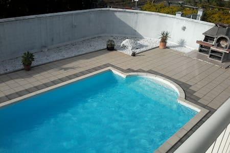 Studio haut de villa avec piscine - Saint Andre - 獨棟