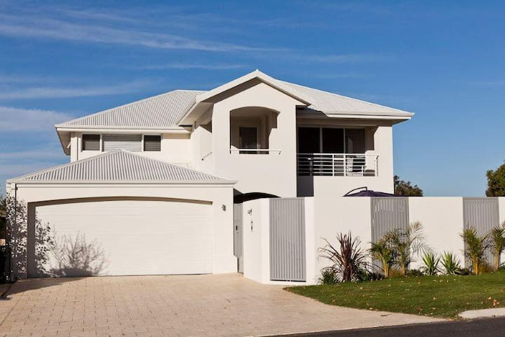 EXECUTIVE MODERN LIVING IN SAFE AREA - Wembley Downs - Talo
