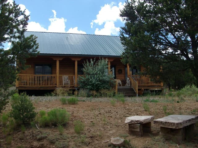Log cabin mountain retreat on five acres - Edgewood - Cabin