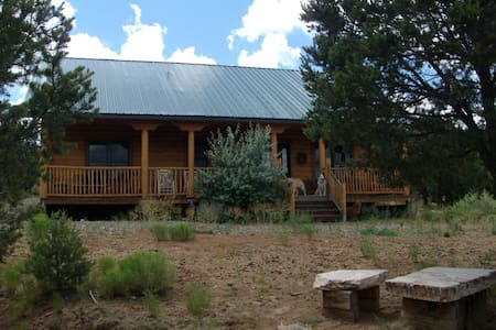 Log cabin mountain retreat on five acres - Edgewood - Casa de campo