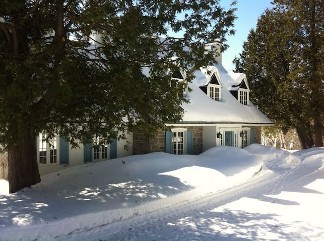 Lakefront Country Home with Hot Tub - Sainte-Anne-des-Lacs - Kabin