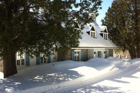 Lakefront Country Home with Hot Tub - Sainte-Anne-des-Lacs - Sommerhus/hytte