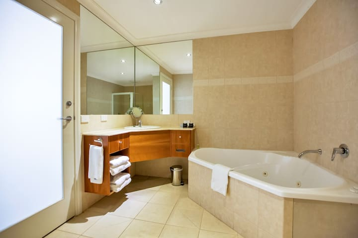 King Spa Suite  at Century Inn Traralgon