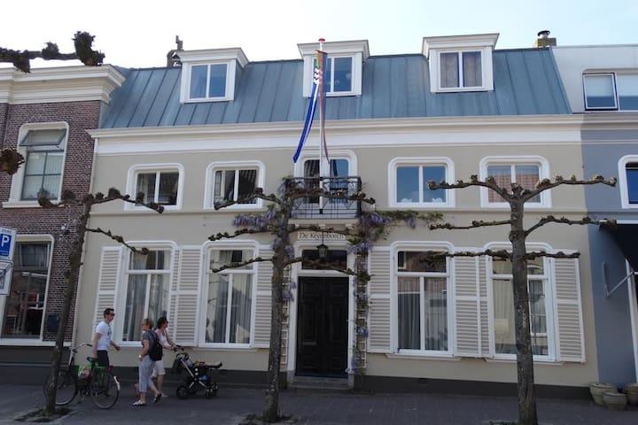 Domburg: Privé kamer 400m van strand in uniek huis