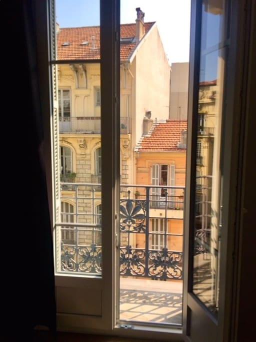 Porte fenêtre de la chambre