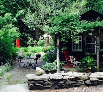 Romantic Cottage on the Stream, Walk to Town - Woodstock - Blockhütte