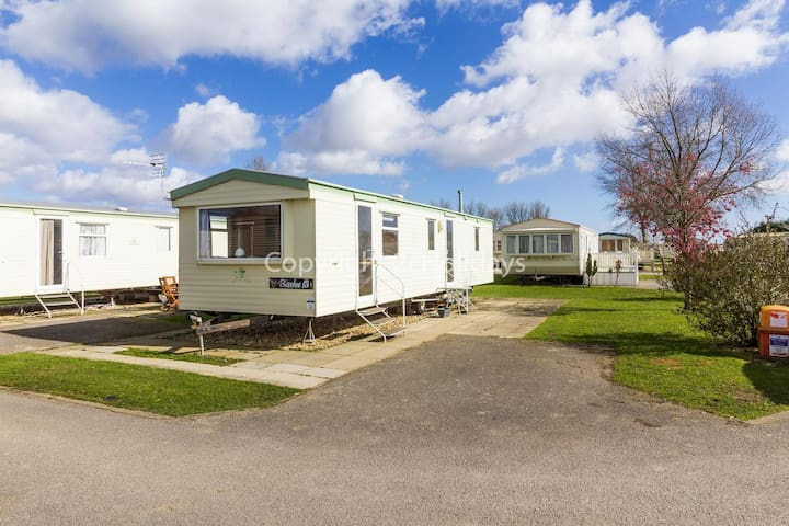 8 berth caravan for hire at Southview Holiday park Skegness ref 33013B