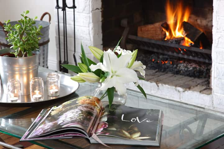 Berrima Cottage open fire & ambience in village.