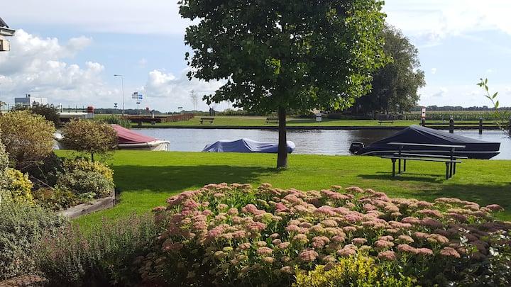 Vakantiehuis Wetering met uitzicht op het water.