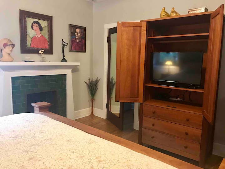 Comfy king bed and private bath near Northwestern