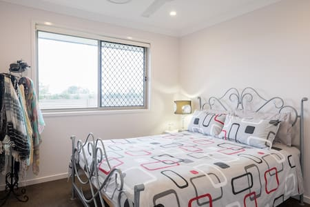 SHORT DRIVE TO POPULAR MORETON BAY - Birkdale - Bed & Breakfast