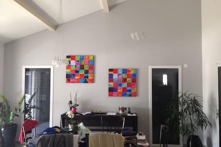 1 chambre dans villa moderne - Grézieux-le-Fromental - Casa