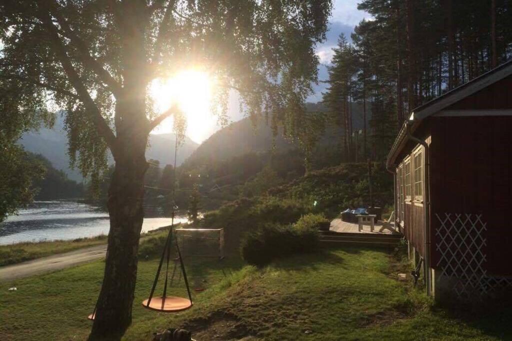 En vakker sommerkveld med solnedgang