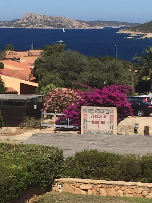 Entrata al Condominio Vecchio Marino con vista su Arcipelago de La Maddalena