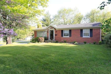 Great home close to everything! - Lexington - Casa