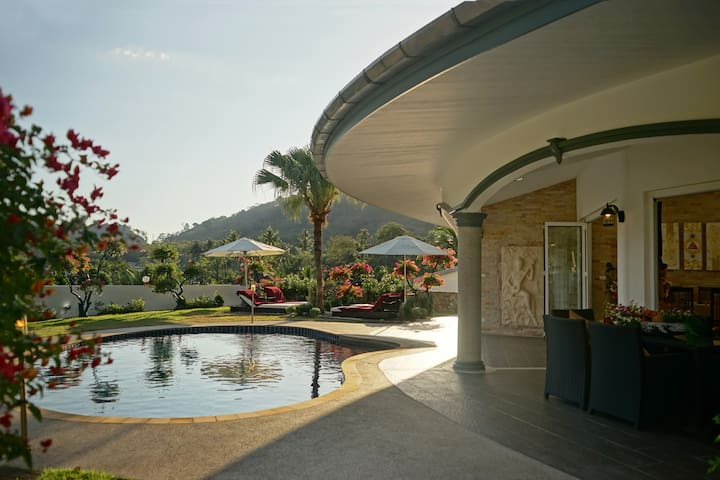 Villa Jasmine - Quiet, luxury residence with private pool & private maid