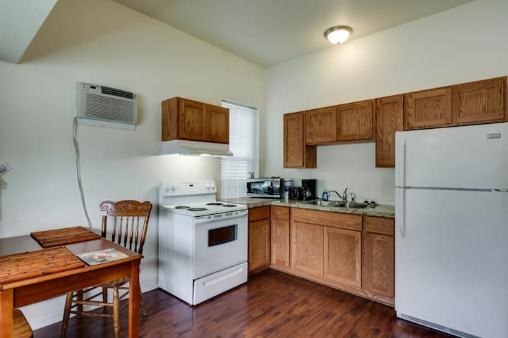 Maple Leaf Manor Furnished Apartments - 2 bedroom Apartment queen ground floor