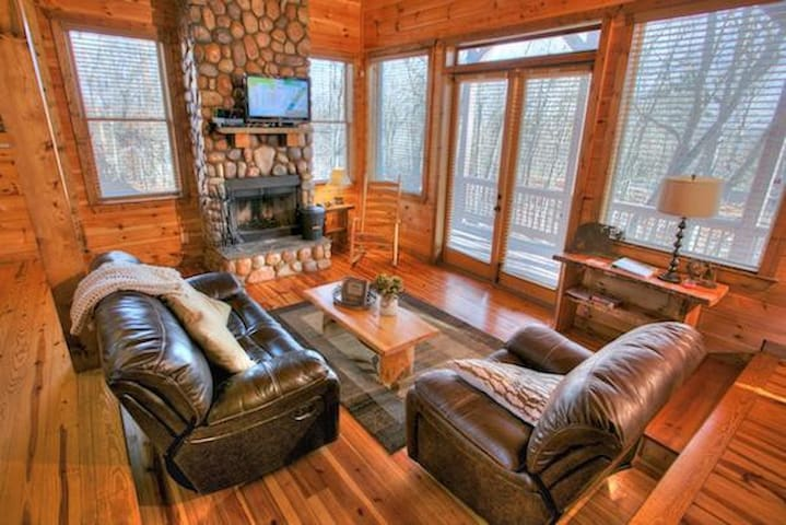 Cozy Cabin with a Hot Tub and Game Room