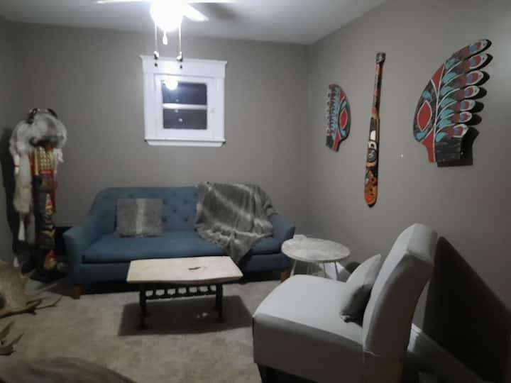 Cozy one bedroom beside Jackson Park and PRHC