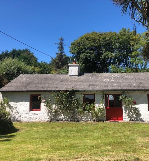 Traditional Irish Cottage and garden 50yd to beach