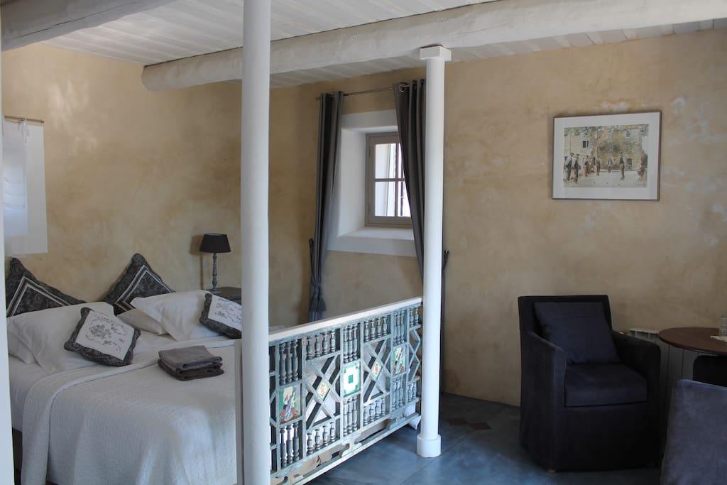 LE CLOS LES EYDINS : chambre Château LA CANORGUE