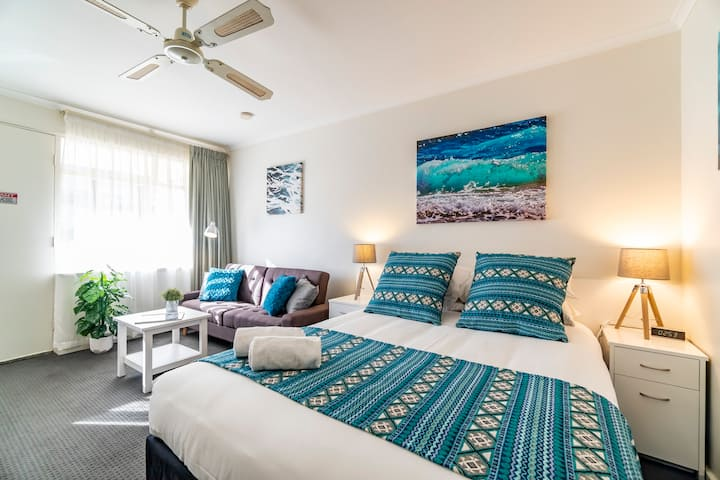 "Glenelg Central Studio ""Aqua"" w/FREE WIFI+ Parking"