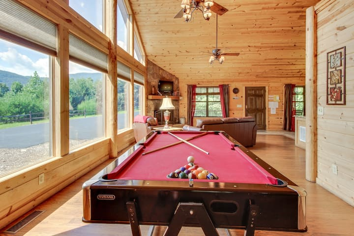 Charming mountain getaway with private hot tub, sauna and pretty mountain views!
