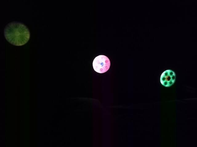 Habitazén 2 para 2 personas con luces de plástico de colores,  despierta con una experiencia visual única y cambiante