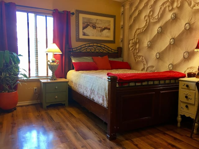 Queen Bed  w/ Private Bathroom - Roseville - Ház