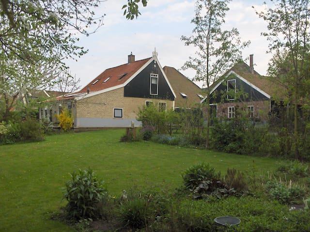 De zijkant van ons (300 jaar oude) huis, gezien vanuit de tuin.