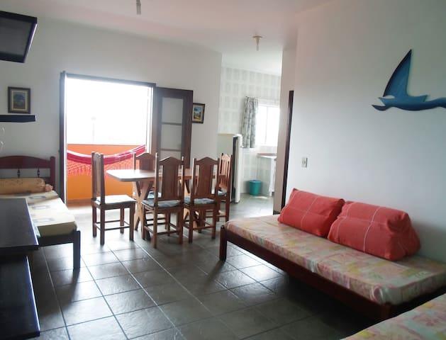 Sala de estar e jantar, ventilador de teto, porta balcão.