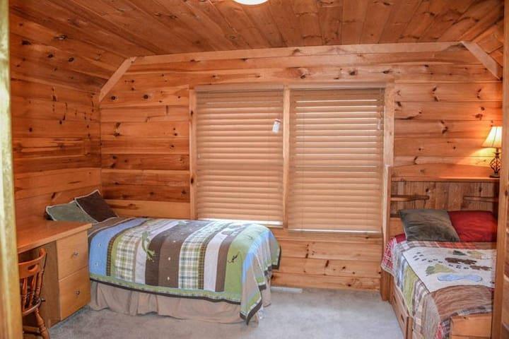 upstairs children's bedroom (2 twin beds)