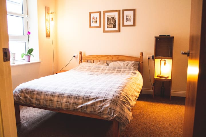 Private, double en suite room on Leith Walk