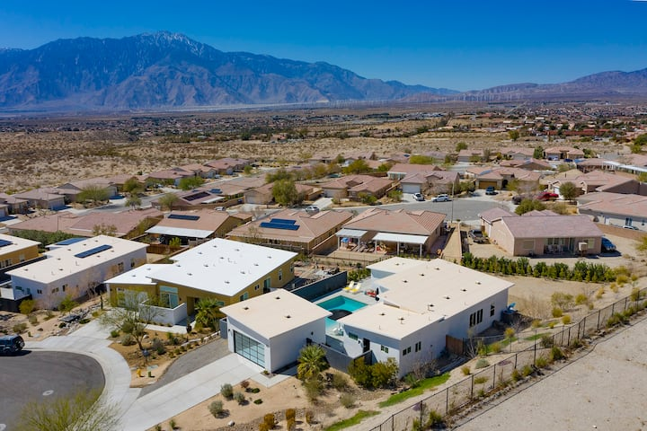 Close to Palm Springs, pool home in Spa District!