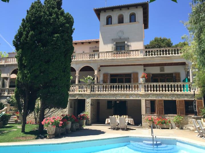 Villa en la ciudad de Palma con jardin y piscina