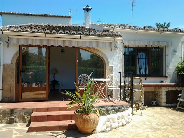 2 Bed Bungalow, Garden & Patio, Gated Community - Xàbia - Bungalou