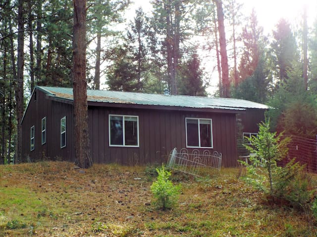 Whispering Pines Cabin - Mere Minutes to Adventure