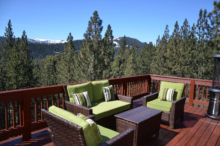 Beautiful Truckee home with hot tub & games room.