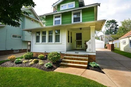 Beautiful Rocky River 3BR home with fenced yard - Rocky River - Ház