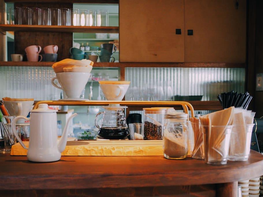 施設内のカフェ。カフェ時間には、おいしいコーヒーや、手作り焼き菓子、スイーツなどもお楽しみいただけます。 We also have cafe. You can enjoy good coffee and handmade sweets.