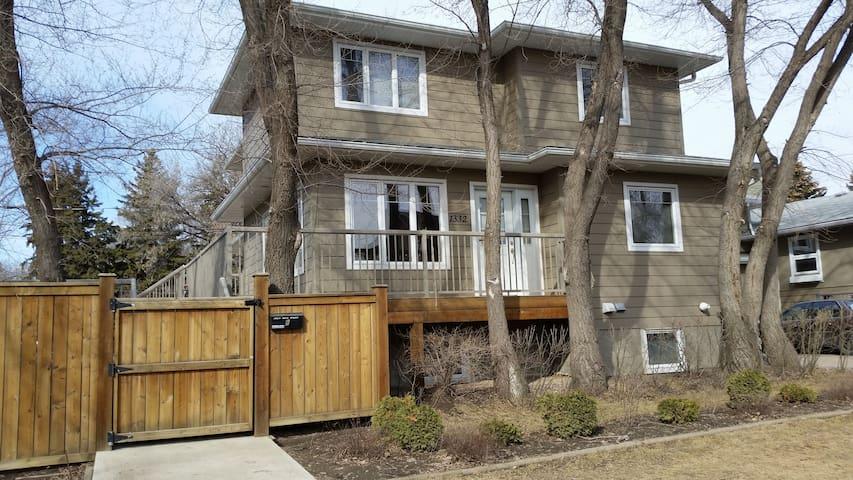 Warm and spacious home, centrally located - Saskatoon - Rumah