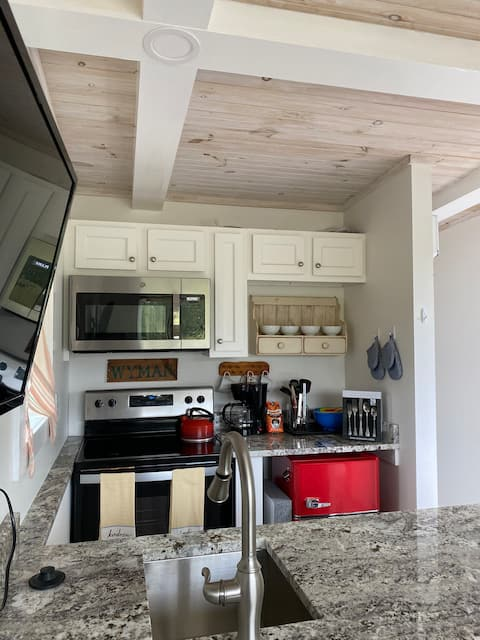 Immaculate tiny house,walk to everything Eastport!