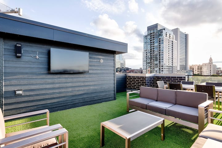 Stunning Penthouse (A) - Downtown River North